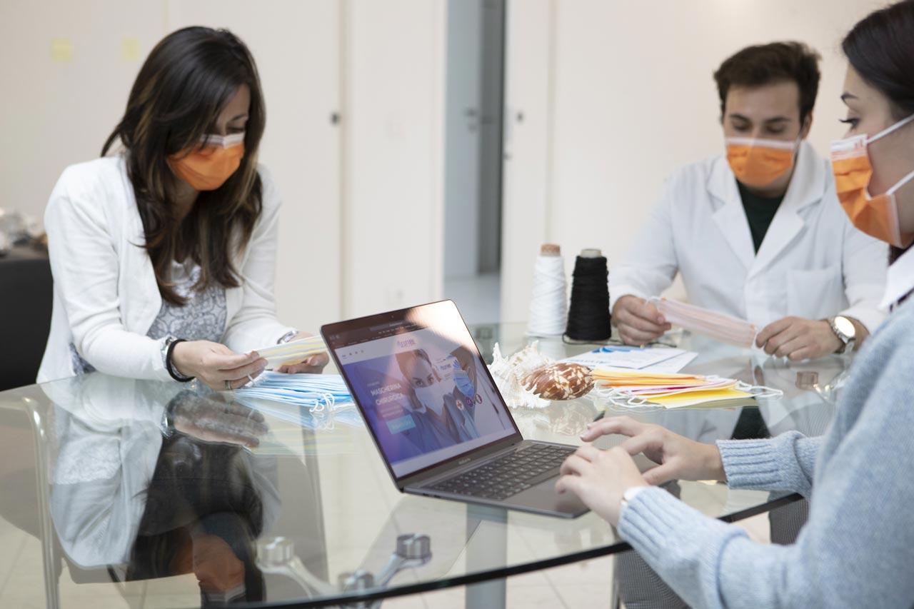 Riunione staff Futura per controllo qualità mascherine chirurgiche
