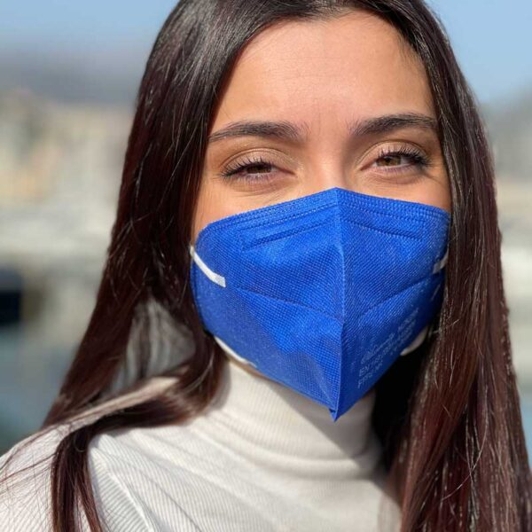 mascherina ffp2 blu indossata