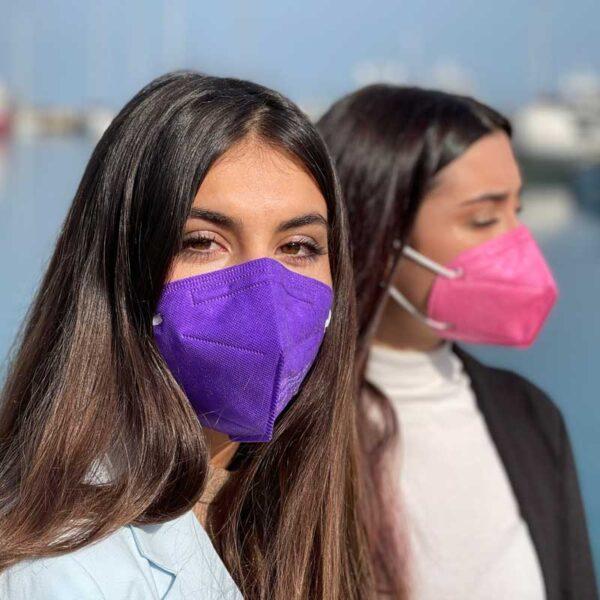 ragazze indossano le mascherine ffp2 colorate